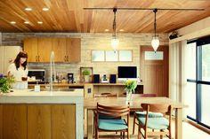 木目のキッチン、壁はタイル調、ブルーの椅子