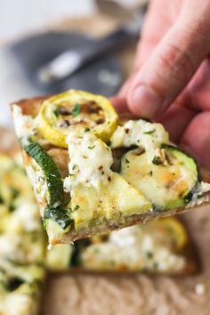 Zucchini and Lemon Ricotta Flatbread Pizza With 3 kinds of cheese, this vegetarian recipe for Zucchini and Lemon Ricotta Flatbread is always a hit. Try it as a fun appetizer for two or dinner for one! Vegetarian Appetizers, Vegetarian Recipes Dinner, Best Appetizers, Lunch Recipes, Appetizer Recipes, Dinner Recipes, Oven Recipes, Queso Ricotta, Cooking App