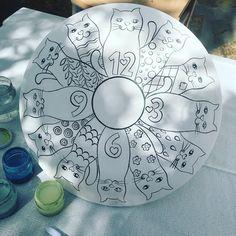 Kedicikler şimdi de saat oluyor 😸😻💕 modernçini#sıraltıboyama#kedi#cat#catlove#catdecoration#catstagram #benyaptım #instaart Tiles, Tile Art, Ceramic Art, Hand Embroidery Designs, Diy Crafts, Tableware, Artist, Painting, Cat Art