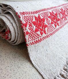 Домотканая столовая дорожка соткана на ручном ткацком станке из льна и хлопка. Узорное, браное ткачество. Орнаментальная полоса украшает оба конца дорожки. Автор Ира Караичева