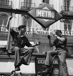 1955. Puerta del Sol - Cas Oorthuys Old Photography, Street Photography, Old Pictures, Old Photos, Emo Love, Foto Madrid, Black And White Love, U Bahn, Great Photographers