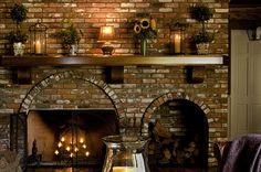 Casa de campo. Chalé. Decoração de inverno. Velas para aquecer o ambiente. Sala rústica. Decoração com velas. Lareira para o inverno.