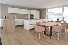 Esszimmer ♡ Wohnklamotte Siematic lacquered open-plan kitchen with wooden counter and built-in ap Dining Area, Kitchen Dining, Dining Chairs, Room Kitchen, Dining Room, Dining Table, Küchen Design, House Design, Hay Chair