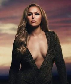 The baddest and gorgeous woman on the planet rowdy Ronda rousy in a tight black blouse. Ronda Rousey Pics, Ronda Rousey Hot, Ronda Jean Rousey, Wwe Female Wrestlers, Female Athletes, Ronda Rousy, Rowdy Ronda, Ufc Women, Actrices Sexy