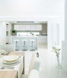 Vitivalkoisessa keittiössä riittää valoisuutta. A la Carte -keittiöt, ovimallit Inverno ja Festa.