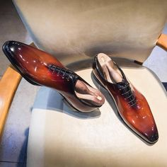 Altan Bottier Artisans Bottiers à Paris — Patent leather #supershinnyshoes in a...