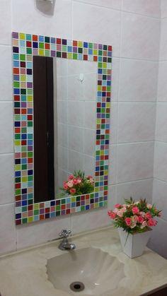 Espelho decorativo vertical com moldura em mosaico de pastilhas de vidro multicoloridas.  Um espelho que alegra o ambiente.    Dimensão da lâmina do espelho 30cm x 60 cm.  Dimensão do espelho com moldura: 45 cm x 75 cm. R$ 220,00 Mosaic Crafts, Mosaic Art, Mosaic Tiles, Mosaic Outdoor Table, Makeup Vanity Storage, Washbasin Design, Driftwood Crafts, Diy Mirror, Festival Decorations