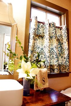 great window treatment idea for small bath; cafe style allows privacy & light....this will work perfect in the guest house!!!!