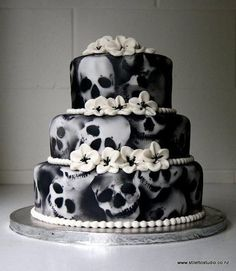 Skull Cakes (cake ideas for a Gothic wedding, Yule/Winter Solstice, or for Halloween (Samhain) Bolo Halloween, Halloween Torte, Halloween Wedding Cakes, Theme Halloween, Halloween Skull, Happy Halloween, Halloween Ornaments, Halloween Parties, Halloween Fashion