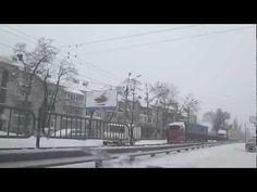 Снегопад в Киеве начался 22 марта и продолжался идти 23 и 24 числа, видео про автомобильные пробки на дорогах 2013. Падал снег 2 суток, это будя настоящая буря. Шторм в Киеве по новостям озвучили, и предупреждали оставлять машины дома, но нашим людям все побоку. Смотреть видео пробки сможете на этой записи.