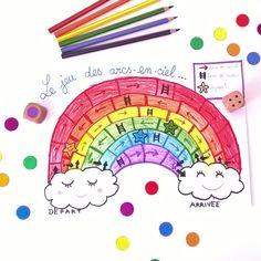 Sauter de nuage en nuage en suivant un arc-en-ciel! Voilà la jolie image qui nous a inspiré ce petit jeu de société coloré… A mi-chemin entre le jeu de l'Oie et celui des échelles, ce j…