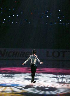 東日本大震災の復興支援を目的としたフィギュアスケートのアイスショー「NHK杯スペシャルエキシビション」が9日、盛岡市アイスアリーナで行われ、羽生結弦(ANA)、女子の浅田真央(中京大)らが演技した。