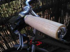 Poignée vélo en frêne. Poignée avec embout percée et anneau de serrage