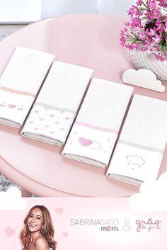 Os paninhos de bebê mais charmosos que existem! A nova linha Sabrina Sato Mom traz os modelos de Fraldas de Ombro com barra da coleção Chuva de Amor para conquistar os corações e facilitar o dia a dia da mamãe! Veja de perto e encante-se ainda mais! #paninhosparaobaby #fraldas #fraldasdeombro #sabrinasato #chuvadeamor #decoração #quartodebebê #enxovaldemenina Hand Embroidery, Machine Embroidery, Textiles, Sabrina Sato, Sewing Projects, Sewing Patterns, Baby Shower, Handmade, Alice
