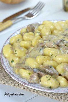 gnocchi cremosi salsiccia e funghi - Homemade Pizza Bolognese, I Love Food, Good Food, Italian Pasta Recipes, Comfort Food, Food Hacks, Risotto, Macaroni And Cheese, Food And Drink