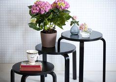 Tuunaa Ikean perusjakkaroista kukkapöytä, joka vkääntyy tilan ja tarpeen mukaan myös sohvapöydäksi. Unelmien Talo&Kodin helpolla ohjeella onnistut varmasti.