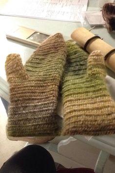 Karin Byom - Nålebinding mittens in Finnish stitch 2+2+2