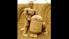 """Roboter mit Herz-Eines der wichtigsten Duos der Filmgeschichte neben Dick und Doof, den Blues Brothers sowie Winnetou und Old Shatterhand: die Roboter C3PO und R2D2 aus der """"Star Wars""""-Filmreihe. Figuren wie diese sprechen generationsübergreifend Besucher des Sandskulpturenfestivals auf Rügen an."""