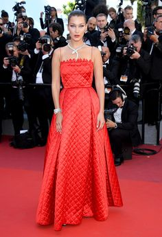 Bella Hadid en un vestido Dior y joyas Bvlgari
