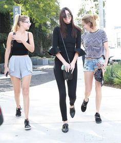 Kendall Jenner Photos - Kendall Jenner Out For Lunch With Friends in West Hollywood - Zimbio