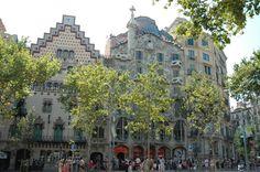 A gauche, la Casa Amatller, due à Puig i Cadafalch, à à droite la Casa Batllo, due à l'architecte Gaudi.  Le tout sur le Passeig di Gracia.