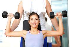 """O sedentarismo causa ganho de tecido adiposo e perda da massa muscular, o que resulta na temida gordura localizada. Este acúmulo pode ocorrer em diversas áreas do corpo, mas um dos lugares que mais incomoda as mulheres é o braço na famosa """"gordurinha do tchau"""". Leia também Médica dos famosos ensina segredos para"""