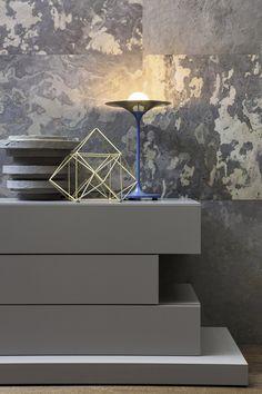 Gestapelte Kommode mit Schubladen auf Podest in Grau matt aus Novamobili Easy…