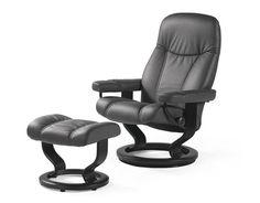 """Der Relaxsessel """"Ambassador"""" inklusive Hocker aus dem Hause STRESSLESS garantiert maximale Entspannung für Ihren perfekten Feierabend! Durch den Bezug aus Echtleder in Schwarz und das Drehgestell aus gebeiztem Buchenholz entsteht eine ausgesprochen edle Optik. Der Sessel ist mit einer speziellen Relaxfunktion ausgestattet und somit überaus bequem. Dank der Kaltschaumpolsterung genießen Sie unvergleichlichen Sitzkomfort. Dieser Relaxsessel im Set mit dem pass"""