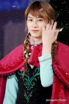 Heechul  vestida de Elsa