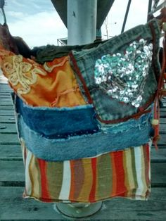 Bolso cartera naranja con jean, más un bolsillo divino con lentejuelas. Forrada con bolsillo. La manija es ancha de jean. Estoy a 2 cuadras de alto palermo. Sale $ 200