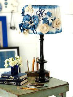 Abajur decorado com flores de fuxico e feltro
