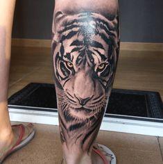 Tatouage mollet tigre réaliste