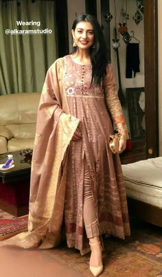 Sarah khan Pakistani Fashion Casual, Pakistani Dresses Casual, Pakistani Dress Design, Pakistani Bridal Dresses, Indian Fashion, Indian Gowns, Indian Attire, Indian Outfits, Stylish Dresses
