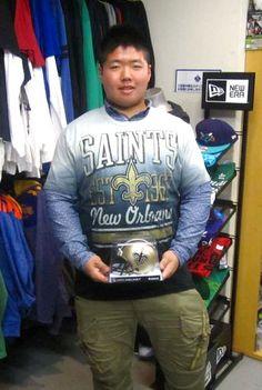【新宿2号店】 2013年3月24日 高校でアメフトをやられている、江守 孝行君です!     本日は、セインツのTシャツとミニヘルメットをご購入頂きました。 #nfl
