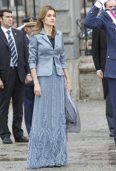 La Princesa de Asturias, que volvió a confiar en Varela, optó por un conjunto de dos piezas en azul: chaqueta de raso de manga larga, camiseta negro y falda con sobretela de tul formando relieves. Su único complemento fue un chal en gris.