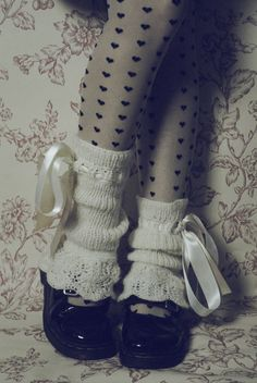 Cute, sweet gyaru: Gray tights with black heart pattern. White, knit legwarmers. Black shoes.