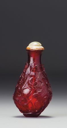 A RUBY-RED GLASS 'SQUIRRELS AND GRAPES' SNUFF BOTTLE QING DYNASTY, 18TH /19TH CENTURY