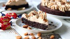 Jauhoton mutakakku on syntisen suklaista herkkua yhdessä dumlemoussen kanssa. Pudding, Pie, Candy, Baking, Sweet, Desserts, Food, Ideas, Torte