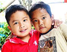 Kirun (merah) dan Akim (coklat) adalah saudara sepupu. Kirun lebih muda dari Akim, tetapi punya sikap yang dewasa.. Lihat bagaimana dia merangkul Akim kakak sepupunya yang lebih tua dan tinggi darinya..