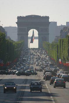 l'Arc de Triomphe sur l'Avenue des Champs Elysees
