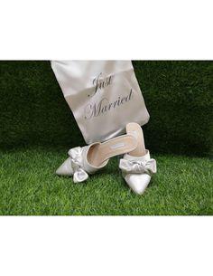 Sabot pantofola sposa in raso perlato con fiocco e tacco 8 centimetri Just Married, Sandals, Fashion, Moda, Shoes Sandals, Fashion Styles, Fashion Illustrations, Sandal