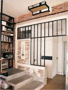 Verrière, mur de brique, escalier brut, et bibliothèque sur palier: espace optimisé et joli!!