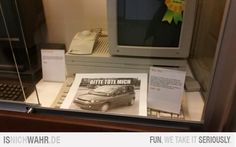 Fiat Multipla Meme-Bild in einer Vitrine im Apple Museum