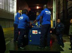 All'una il camion è quasi completo. Partirà alle 6 per Brasilia, con a bordo due autisti e una restauratrice che accompagna un'opera di Beato Angelico