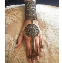 As the time evolved mehndi designs also evolved. Now, women can never think of any occasion without mehndi. Let's check some Karva Chauth mehndi designs. Easy Mehndi Designs, Latest Mehndi Designs, Bridal Mehndi Designs, Indian Mehndi Designs, Mehndi Designs For Fingers, Mehndi Design Pictures, Beautiful Henna Designs, Mehandi Designs Arabic, Indian Mehendi