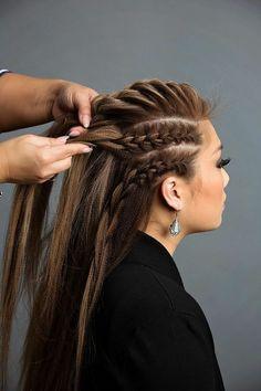 tresse viking, cheveux longs, coloration brune avec mèches blondes, boucles d'oreilles en argent, blazer noir