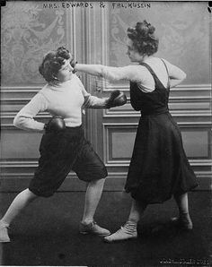 Un combate de boxeo femenino en Estados Unidos entre las señoras Edwards y Kussing el 7 de marzo de 1912, justo un mes antes del hundimiento del Titánic. Una de las contrincantes terminó con una costilla rota. Se cree que desde finales del siglo XVIII, ya se organizaban peleas femeninas. La campeona más antigua de que se tenga registro es la londinense Elizabeth Wilkinson, en 1722 Aunque el boxeo femenino se practica de forma profesional desde mediados del siglo XX...