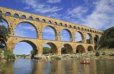Puente de Gard, Francia. Se conserva perfectamente desde que fue creado en el año 50 antes de Cristo por los romanos, fue concebido como acueducto para abastecer de agua a la población antigua.