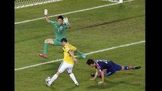 En esta jugada podemos observar como el jugador que tiene la camisa de color amarillo , deja en el suelo al jugador y se prepara a impactar el balón mientras el portero sale al ataque.