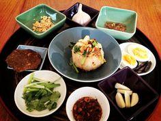 Shan Htamin Jin - A Shan-Burmese speciality Burmese Food, Asian Recipes, Ethnic Recipes, Fresh Rolls, Vegetables, Jin, Chinese, Bon Appetit, Kitchens